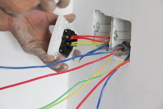 家居安全质量是很重要的,电路改造是家装中非常重要的环节,对家装质量和今后的使用影响非常大,一定要好好把关,今天小编就来为大家讲讲家庭电路改造中一些常见的偷工减料做法,还有插座设置要注意的事项,一起来看看吧!  一、裸线埋墙 按照规定,电线埋墙时,必须穿保护管。而往往有一些施工队,利用业主的信任与不了解,将电线不套穿线管直接埋入墙内。这是非常典型也是比较容易发现的偷工减料行为,这样做的后果是使得电线容易老化和破损,且无法换线,造成维修的难度加大N倍。 二、管内电线超载 按照电工施工规范,放置的导线