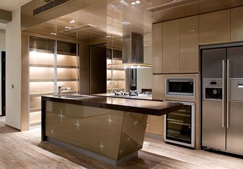 通过合理利用空间将厨房和餐桌紧密相连,从而成为一个开放式的烹饪