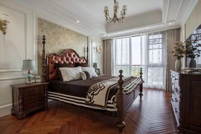 碎花床头墙两边做有边框造型,契合了床头柜和壁灯的布置,给人落落大方